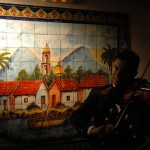 Pancho tocandole al mural del pueblito michoacano